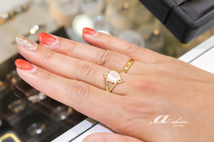 純金鍛造リングとムーンストーンの指輪